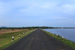 De weg op het plattelandsgebied van Thailand Stock Afbeeldingen