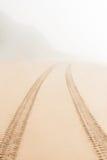 De weg op zand gaat vertroebelen Stock Afbeeldingen