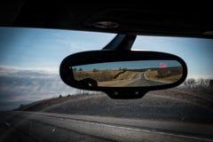 De weg reiste gezien in de achteruitkijkspiegel Stock Foto's