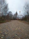De weg Russische kerk van het de herfstdorp royalty-vrije stock foto's