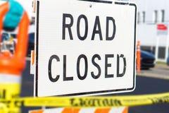 De weg sloot teken en blok in een bezige stadsstraat stock foto