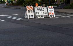 De weg sloot tekens en barricades op een zebrapad worden geplaatst dat royalty-vrije stock afbeelding