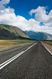 De weg tegen de achtergrond van bergen Royalty-vrije Stock Fotografie