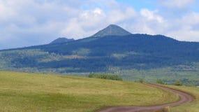 De weg tot de bovenkant van de berg bij de voet Stock Afbeelding