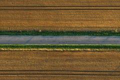 De weg tussen het gebied stock fotografie