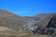 De weg van bergunpavement in Bolivië Stock Afbeeldingen