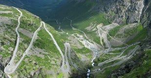 De weg van de berg in Noorwegen Royalty-vrije Stock Afbeeldingen