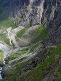 De weg van de berg in Noorwegen Royalty-vrije Stock Foto's