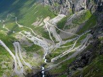 De weg van de berg in Noorwegen Stock Foto