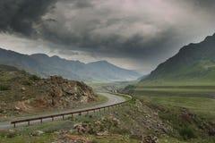 De weg van de berg vóór het onweer Royalty-vrije Stock Foto