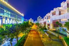 De weg van de binnenstad in het financiële district van Xinyi met Taipeh 101 wandelgalerij Stock Afbeeldingen