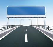 De weg van de brug met leeg teken Stock Foto's