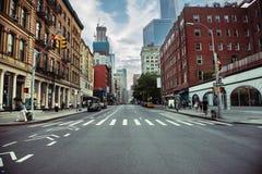 De weg van de de Stadsstraat van New York in Manhattan in de zomertijd Stedelijke grote het conceptenachtergrond van het stadslev