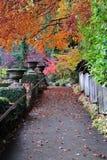 De weg van de herfst in butcharttuinen Royalty-vrije Stock Foto's