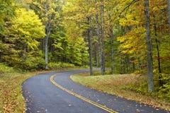 De Weg van de herfst, het Blauwe Brede rijweg met mooi aangelegd landschap van de Rand Stock Foto