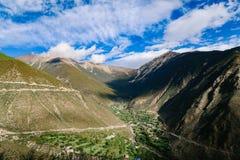 De weg van de het toerismeaandrijving van het berglandschap stock fotografie