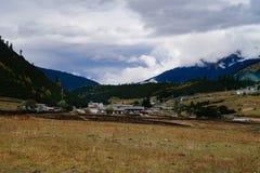 De weg van de het toerismeaandrijving van het berglandschap stock afbeelding