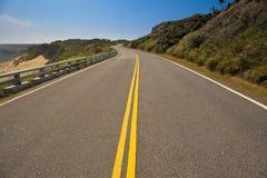 De weg van de kust met blauwe hemel Stock Fotografie