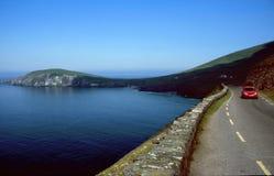 De weg van de kustlijn met rode auto Royalty-vrije Stock Afbeelding