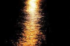 De weg van de maan op het water Stock Afbeeldingen