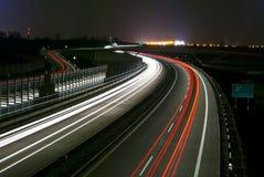 De weg van de nacht - lange blootstelling - lichte lijnen Royalty-vrije Stock Foto's