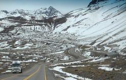 De weg van de sneeuwberg op de grens van Argentinië en Stock Fotografie