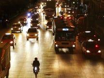 De weg van de stad bij nacht Stock Afbeeldingen