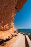 De weg van de steenbestrating langs rotsachtige kust. royalty-vrije stock fotografie