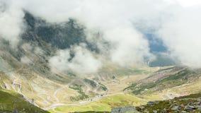 De weg van de Transfagarasanberg, Timelapse de Roemeense Karpaten stock footage