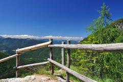De weg van de trekking in de Alpen Friuli door Fusine Royalty-vrije Stock Foto's