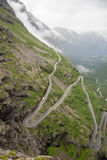 De weg van de Trollstigensleeplijn in Noorwegen van hierboven Stock Fotografie