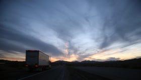 De weg van de vrachtwagenchauffeur Stock Afbeeldingen