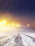 De weg van de winter bij nacht Royalty-vrije Stock Foto's