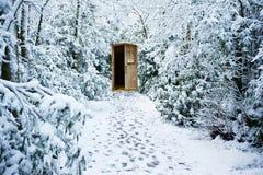 De weg van de winter door bos met geheime deur stock afbeelding
