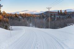 De weg van de winter met de machtslijn aan de kant stock afbeelding