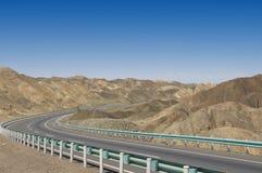 De Weg van de woestijn aan Korla, Xinjiang, China Stock Foto's