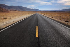 De Weg van de woestijn, de Vallei van de Dood stock foto's