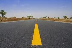 De weg van de woestijn door Taklamakan Woestijn, China Stock Foto