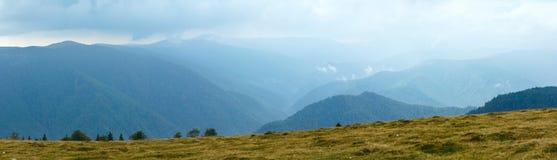 De weg van de zomertransalpina (de Karpaten, Roemenië) Stock Foto