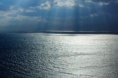De weg van de zon op waterspiegel Stock Foto's