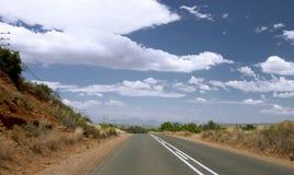 De weg van het asfalt aan de blauwe hemel Royalty-vrije Stock Afbeeldingen