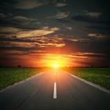 De weg van het asfalt aan horizon Stock Foto's
