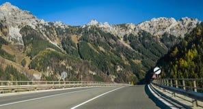 De weg van het asfalt in bergen Royalty-vrije Stock Fotografie