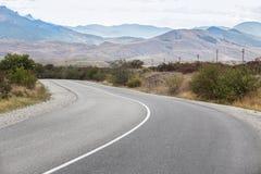 De weg van het asfalt in de bergen Royalty-vrije Stock Foto's
