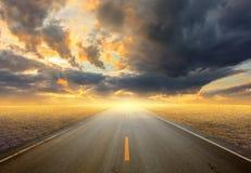 De weg van het asfalt bij zonsondergang Stock Foto