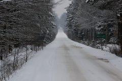 De weg van het asfalt in de winter royalty-vrije stock afbeelding