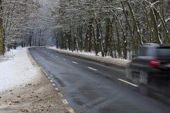 De weg van het asfalt in de winter stock foto