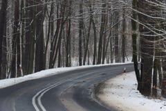 De weg van het asfalt in de winter royalty-vrije stock foto's