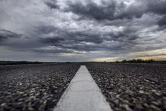 De weg van het asfalt Donderhemel Woestijn Stock Afbeelding