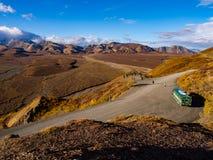 De Weg van het Denalipark in Daling Stock Afbeeldingen